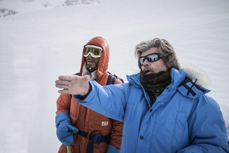 """Райнхольд Месснер (Reinhold Messner) со своим сыном на съёмках фильма """"Mount Everest – The Last Step"""" . Фото ispo . com"""