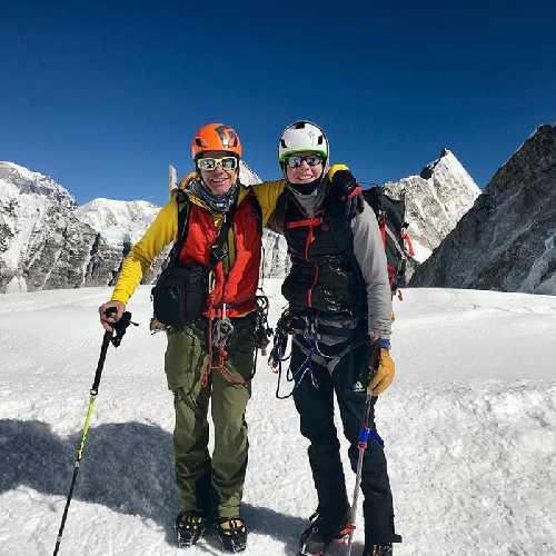 Вилли Бенегас (Willie Benegas) и Мэтт Мониз (Matt Moniz)  после спуска на горных лыжах на склоне Эвереста