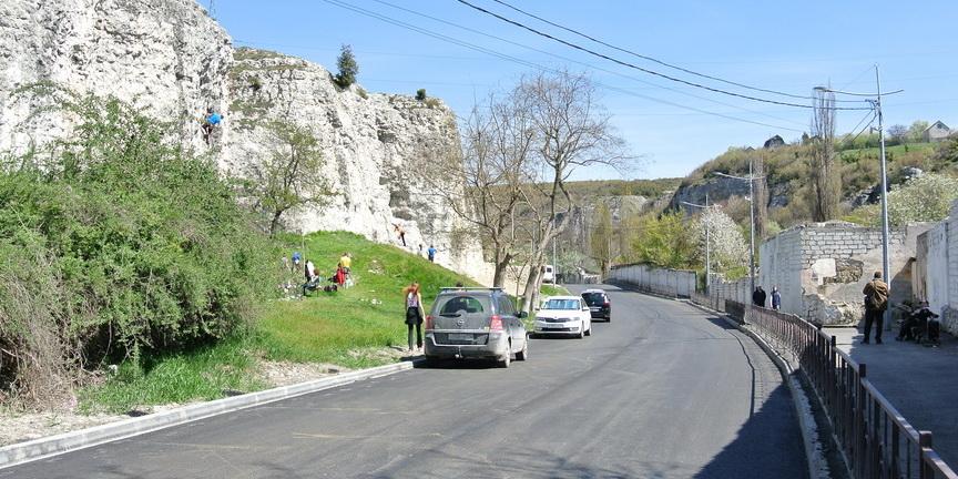 Самые доступные скалы у дороги могут оказаться отгороженными, фото: goclimbing.ru