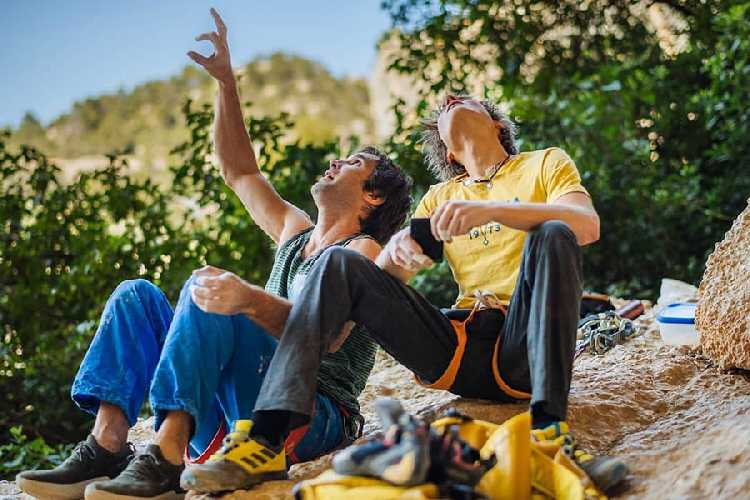 "Александр Мегос (Alexander Megos) и Крис Шарма (Chris Sharma) у маршрута ""Perfecto mundo"" 9b+. Фото Ken Etzel"