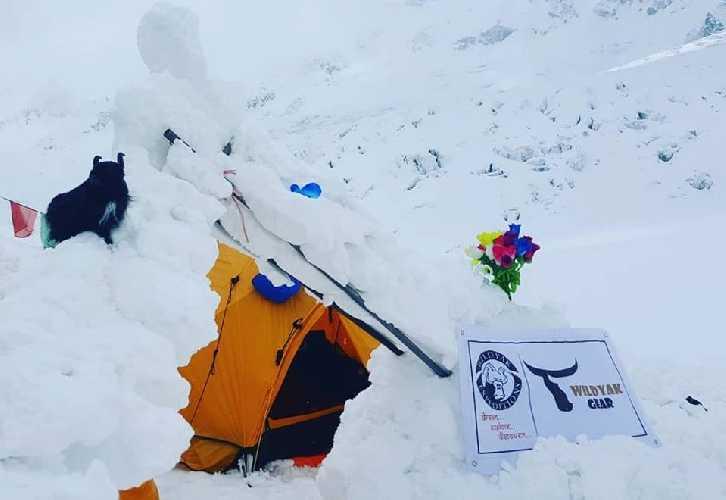 Остатки базового лагеря на восьмитысячнике Манаслу после схода лавины. Фото Steve Bernard