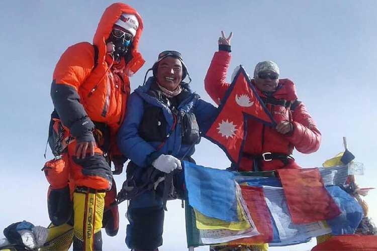 Нима Жангму Шерпа (Nima Jangmu Sherpa, крайняя справа) на вершине Канченджанги 23 мая 2018 года. Фото  Dawa Sherpa