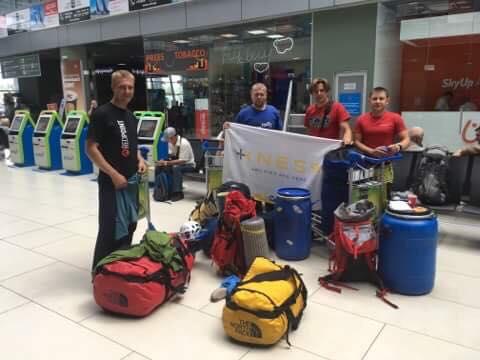 Украинская команда перед вылетом в аэропорту Борисполь
