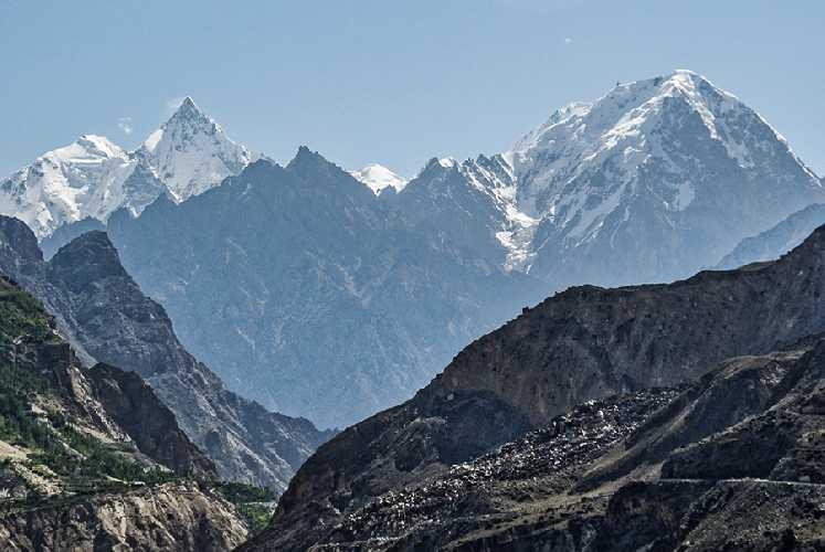 Лупгхар Сар Западная (Lupghar Sar West) высотой 7181 метров на фото слева