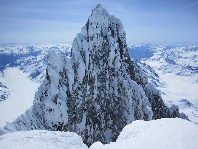Вершинный гребень горы Уоддингтон (Mount Waddington) высотой 4019 метров.