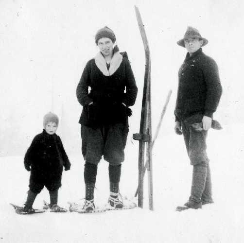 Филлис Мандей (в центре) с мужем Доном и дочерью Эдит, примерно 1923 год. Фото: mountainlifemedia . ca