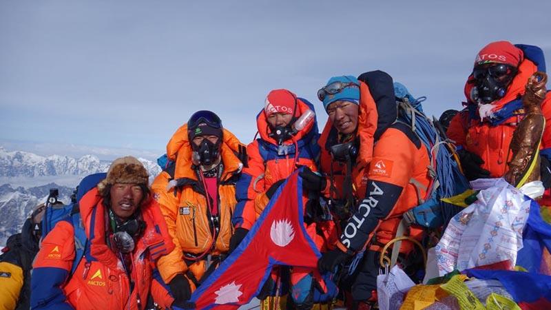 Пемба Дорджи Шерпа (Pemba Dorjee Sherpa), Пурба Тенджинг Шерпа (Phurba Tenjing Sherpa), Пурба Тили Шерпа (Phurba Thiley Sherpa) и Дава Дики Шерпа (Dawa Diki Sherpa)  на вершине горы Эверест.  23 мая 2018 года