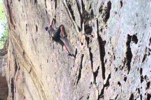 Падение скалолаза: что бывает, когда задеваешь страховочную веревку