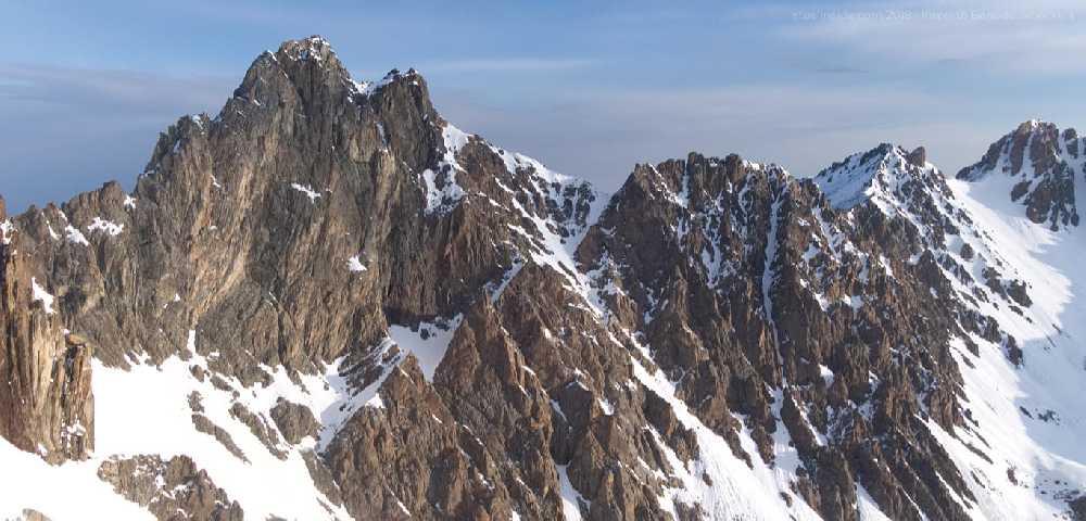 Слева — восточная стена Маяковского. Перевал Антикайнена — в правой части фотографии. Фото Кирилл Белоцерковский