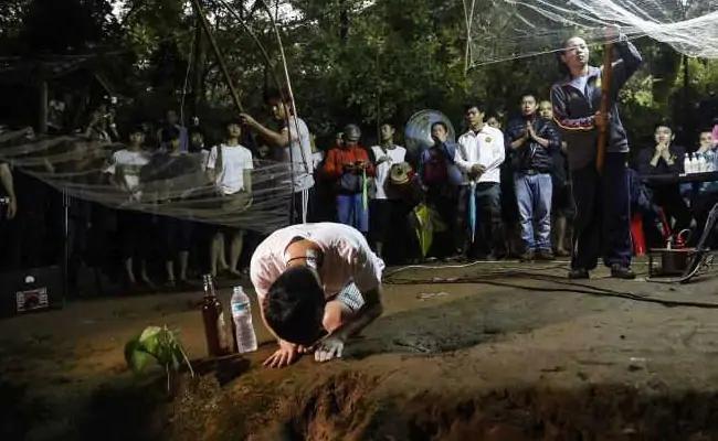 У входа в пещеру собрались родственники пропавших детей