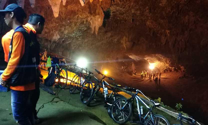 У входа в пещеру Тхам Луанг нанг Нон (Tham Luang Nang Non cave)