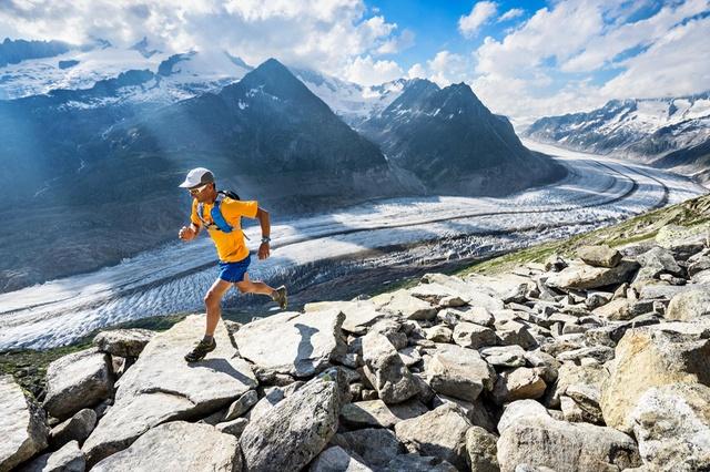 В ходе работы над своей книгой американец Даг Майер (Doug Mayer) лично, собственными ногами, проинспектировал почти 1000 км прогулочных и туристических маршрутов. На фото: регион ледника Алеч-глетчер (Aletschgletscher), кантон Вале.  (PatitucciPhoto)
