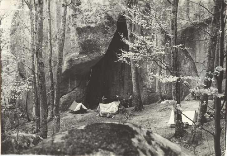 Палатки под скалой Бивачная. 1970 Фото из архива Сергея Германа