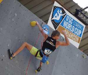 Александр Мегос и Янья Гарнбрет выигрывают этап Кубка Мира по скалолазанию в Бриансоне