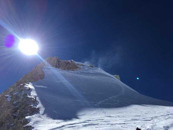 Фото следов украинских альпинистов к вершине Гашербрум II после спуска на перемычку. Фото Дмитрий Венславовский