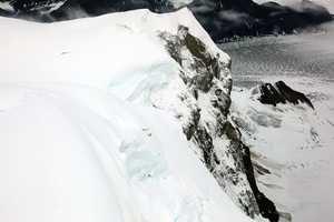 Фото дня: Самолёт над пропастью на горе Thunder, Аляска.