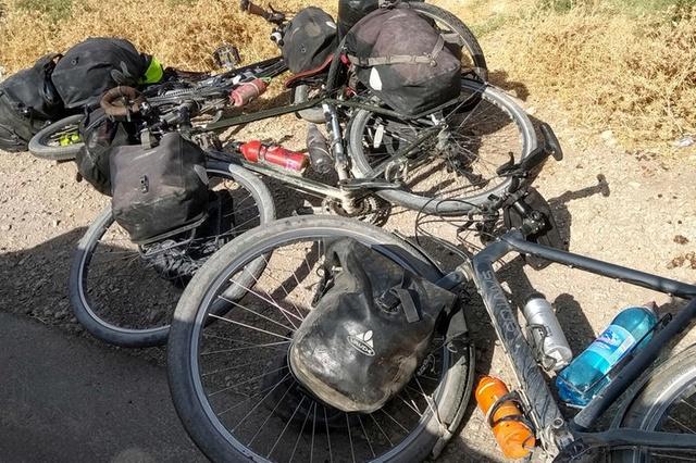 Велосипеды путешественников по Памирскому тракту остались лежать на земле после того, как туристов атаковали местные жители. Фото The Associated Press.