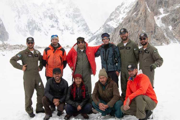 Это команда пакистанских летчиков, которая спасла жизнь Александру Гукову. Пилот, снимавший его со стены, стоит в центре, в красном