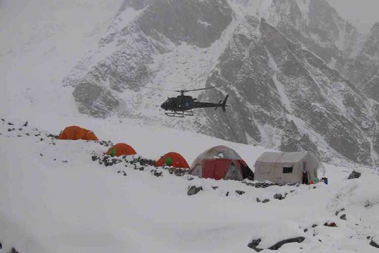 Вертолет спасоперации в базовом лагере Латок I
