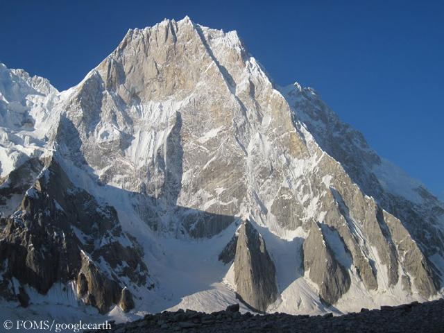 Северная стена горы Латок I (Latok I), справа  - северный гребень горы
