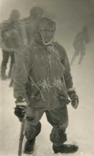 Домбай, зима 1967 года. Автор на спуске с вершины Мусат-Чери; пурга (на выходе, ночью, было - рекорд для Домбая! – минус 30). Фото из архива Вадима Бялого