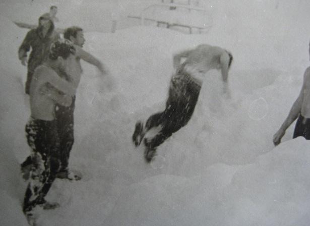 Утренние снежные купания. «Алибек» - 63. Фото из архива Вадима Бялого