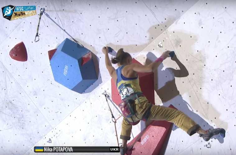 Ника Потапова на финальной трассе юношеского Чемпионата Мира по скалолазанию в Москве
