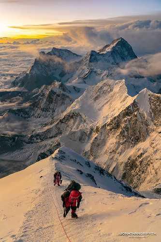 Рассвет на 8700 метров на Эвересте. Фото Jonathan Griffith