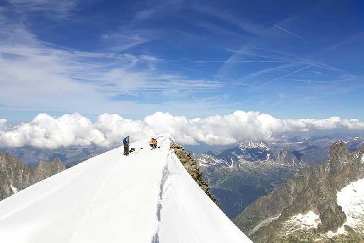 Дани Арнольд (Dani Arnold) на вершине Град Жорасс после скоростного восхождения