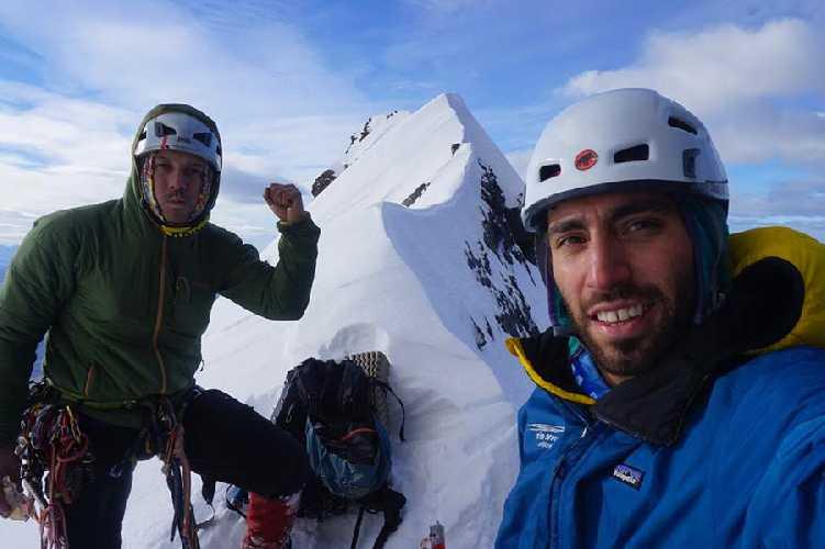 Фелипе Бишара (Felipe Bishara) и Кристиан Барра Муноз (Christian Barra Muñoz) на вершине  Альмиранте Ньето (Cerro Almirante Nieto высотой 2670 метров)
