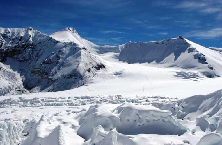 поле между вершинами Лхакпа Ри (7045 м) и Эверестом.