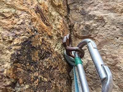 Анри Руммо: Во время моего восхождения на одну из вершин парка Смит Рок (Орегон, США), огромный валун оторвался от скалы, унеся с собой и мою страховочную станцию, поставленную на френде. Только этот крюк из 1970-х годов удержал меня от смертельного падения . Фото climbing . com