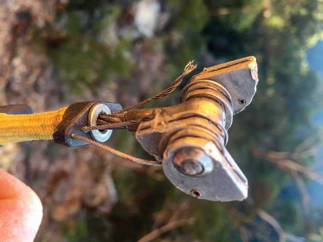 """Генри Вербек: """"После того, как две закладки вырвались на мягком песчанике в Голубых Горах (Blue Mountain) только этот жёлтый френд """"Alien"""" остановил моё 20-метровое падение на уровне глаз моего перепуганного страховщика. """". Фото climbing . com"""