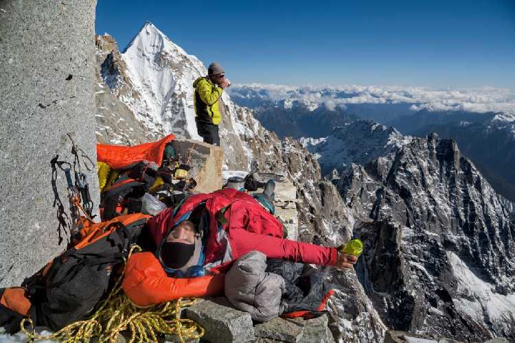 Марк Дженкинс (Mark Jenkins, стоит) и Ренан Озтюрк (Renan Ozturk) на фоне вершины. Фотография: Кори Ричардс