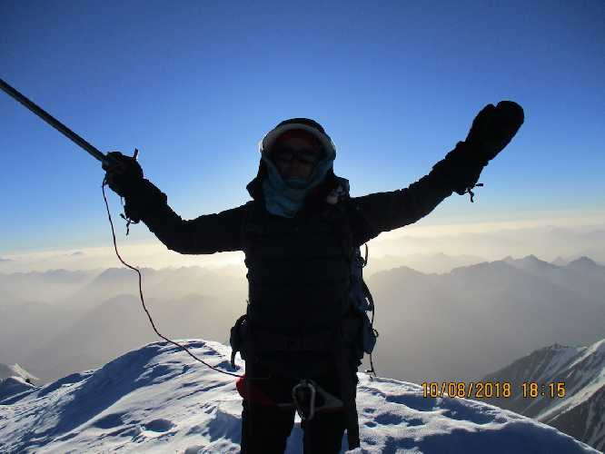 Ханифа Юсуфи (Hanifa Yousoufi) на вершине пика Ношак (Noshaq Peak, 7492 м). Фото Courtesy of the Ascend: Leadership through Athletics Program