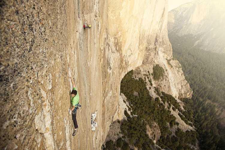 "Кевин Йоргесон (Kevin Jorgeson) на 15-ой веревке (сложность 8с) на маршруте ""Dawn Wall"" на Эль-Капитане.Фото Corey Rich"
