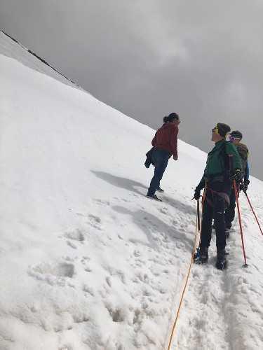 Человек в кроссовках на западном склоне горы Брайтхорн (Breithorn, 4164 м)