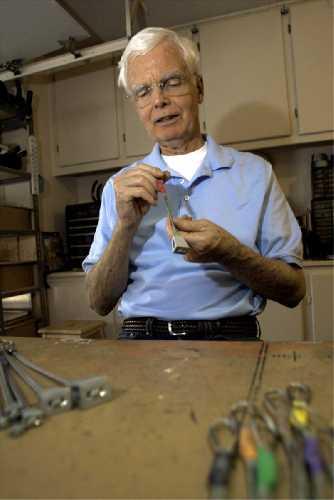 Том Фрост за работой в своей мастерской. Фото Bennett Barthelemy