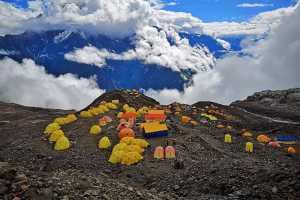 Сотни иностранных альпинистов и туристов остались без материально-технической поддержки у восьмитысячника Манаслу