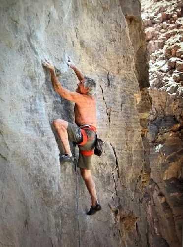 Джон Хоффман (John Hoffman) на скале в возрасте 74 лет. Фото John Hoffman