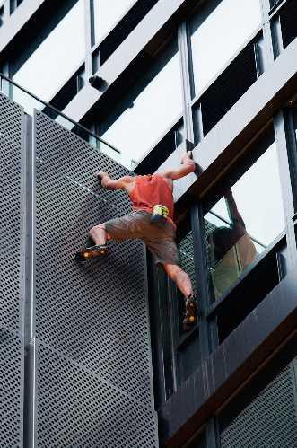 Алекс Хоннольд (Alex Honnold) на небоскрёбе в Джерси-Сити. Фото Kathryn Palmieri