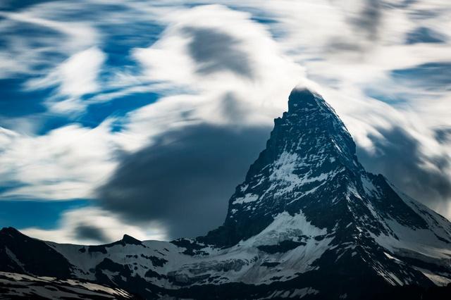 В один район Маттерхорна, где этим летом погибло 10 человек, Air Zermatt приходилось вылетать 36 раз. Фото <br> KEYSTONE/ VALENTIN FLAURAUD