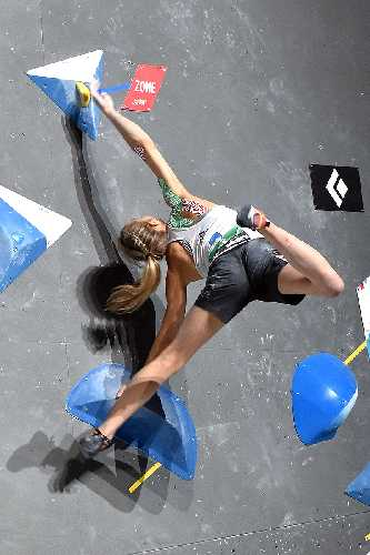 Янья Гарнбрет (Janja Garnbret) на третьей проблеме Чемпионата Мира по скалолазанию 2018. Фото wspinanie.pl