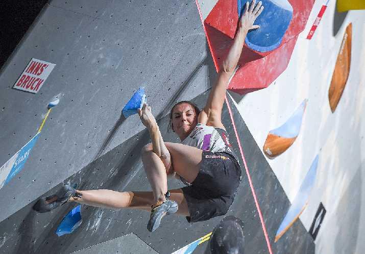 Джессика Пильц в попытке пройти вторую проблему. на Чемпионате Мира по скалолазанию 2018. Фото Johann Groder / Austria Climbing / EXPA Pictures)