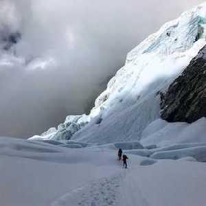 После успешного восхождения на восьмитысячник Лхоцзе, американская команда начала исторический спуск на лыжах