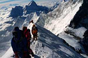 Три человека были арестованы за подделку разрешения на восхождение на Эверест