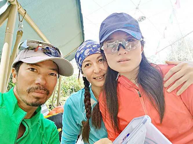 Донг Хонг Хуан (Dong Hong Juan / Ms. Hong-Juan Dong) на фото справа