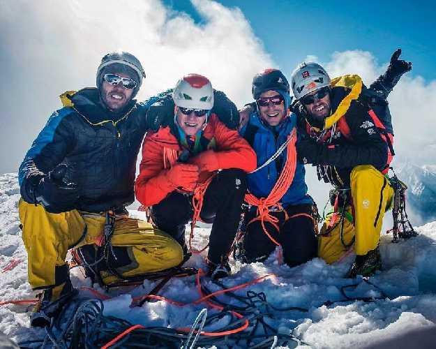 Австрийская команда на вершине горы высотой 6050 метров в Индийских Гималаях
