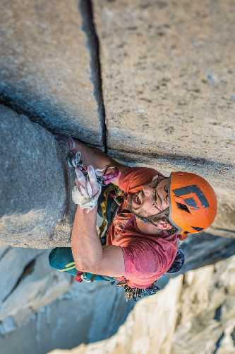 """Джим Рейнольдс (Jim Reynolds)  в скоростном восхождении по маршруту """"the Nose"""" на вершину Эль-Капитан. Фото Drew Smith"""
