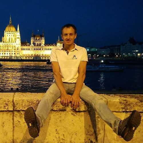 Денис Урубко перед зданием парламента Венгрии. Фото: Денис Урубко